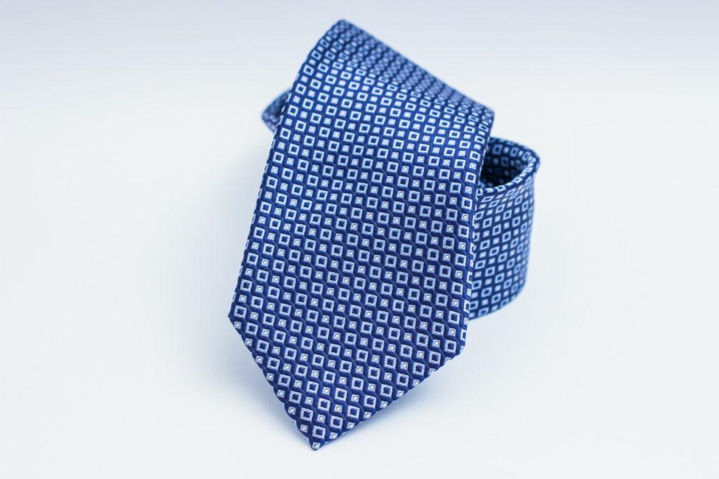 Une cravate bleue enroulée sur elle même