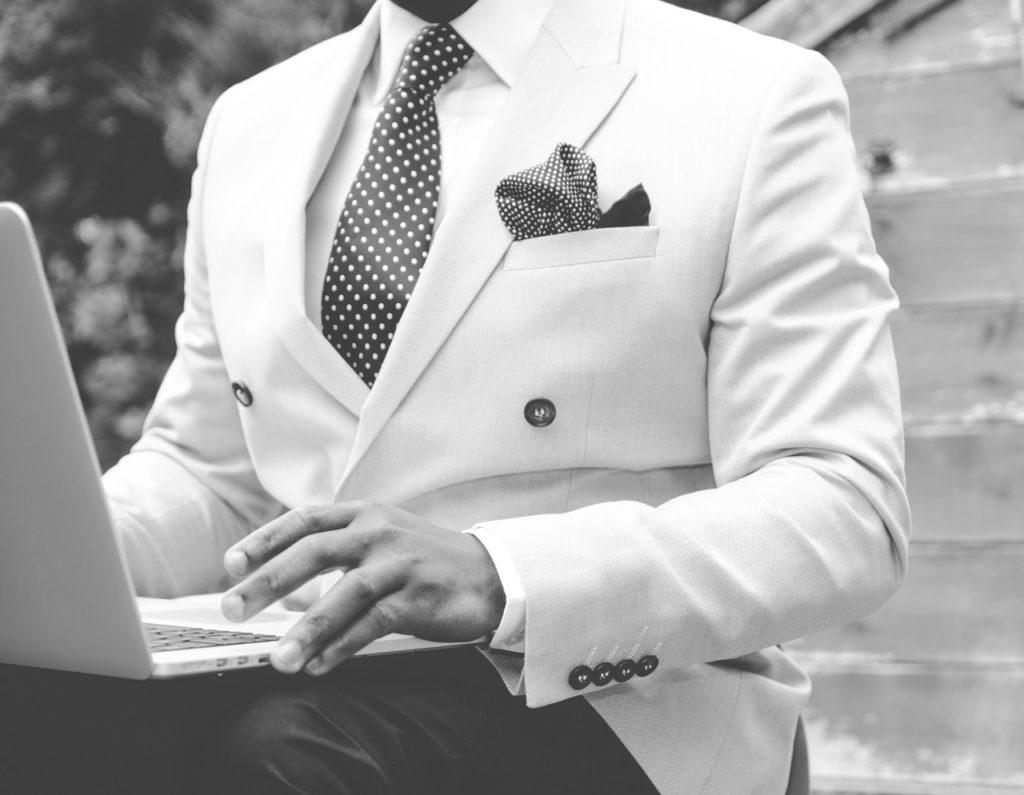 homme en costume à la veste blanche immaculée et repassée